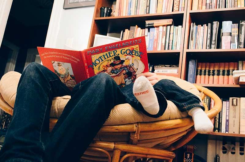 Lea a los niños en libros y no en tablets